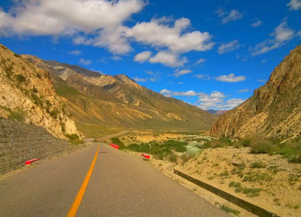 公路:都匀至安顺高速公路,兰海高速公路(遵义至崇溪河段)扩容.