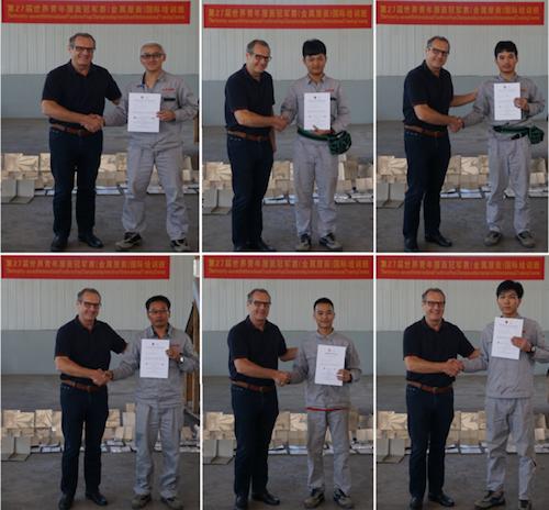 13给学员颁发培训证书.png
