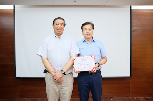 08颁发常务副会长证书DSCF1443.JPG