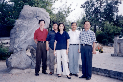 图1 1995年初识王总,这是同他的设计人员在徐州云龙山留影。左起许群朴、杨庆才、闫桂兰、王哲荫、李國干(作者).png