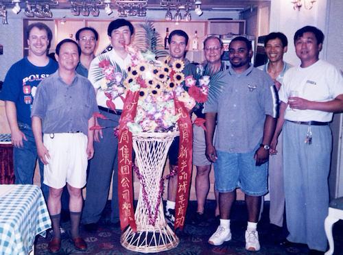 图3 1998年11月18日开工庆典上与美国技术人员合影。前排左1李國干(时任总经理),左2郭利军(时任董事长).png