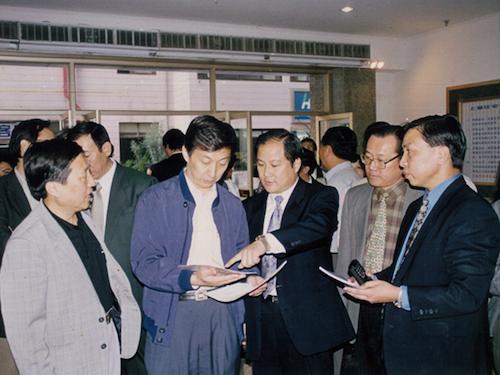 3-时任上海市副市长韩正参观上海住宅装饰工程交易市场.png